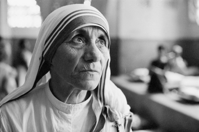 mother-teresa-1910---1997-at-a-hospice-for-the-destitute-and-dying-in-kolkata-calcutta-india-1969-photo-by-terry-fincherhulton-archivegetty-images